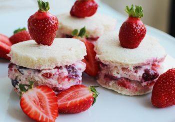 Quark-Joghurt Schnittchen mit Erdbeeren und Kirschen